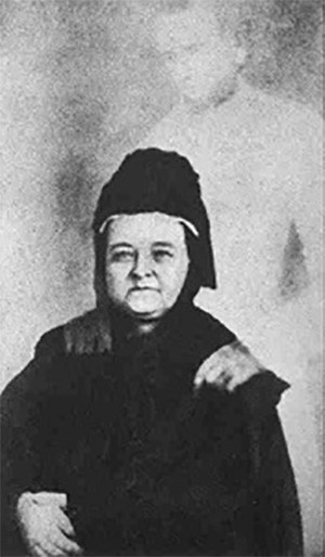 "5 Photos Of The Past That Look Like Trippy Fantasy - Mary Todd Lincoln with the ""ghost"" of her husband in one of Mumler's spiritualist photos"