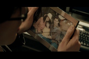 4 Superman Movie Scenes That Were Dumb AF In Retrospect Superman with a cracked photo of the Lois Lane family in Superman Returns